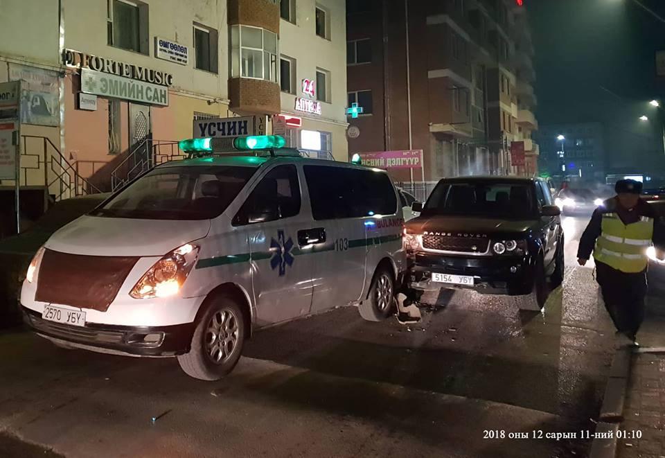 Өвчтөн тээвэрлэж явсан түргэн тусламжийн автомашины араас мөргөжээ