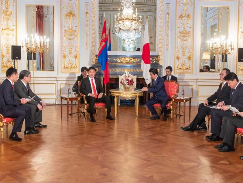Монгол Улсын Ерөнхий сайд У.Хүрэлсүх Япон Улсын Ерөнхий сайд Абэ Шинзотой уулзлаа